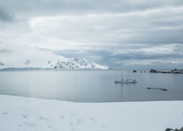O veleiro Kat ancorado em Deception Island, na Antártica