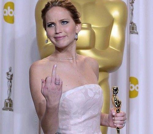 """""""Je ne veux pas paraître mal polie, mais le métier d'acteur est stupide. Tout le monde me demande 'Comment arrivez-vous à ne pas prendre la grosse tête ?' Et je leur réponds 'Pourquoi deviendrais-je arrogante ? Je ne sauve la vie de personne ! Les médecins sauvent des vies, les pompiers éteignent des feux. Je fais des films, c'est stupide !'""""Jennifer Lawrence, qui n'a semble-t-il pas pour habitude de mâcher ses mots. (En plus d'être talentueuse et belle comme pas deux !)"""