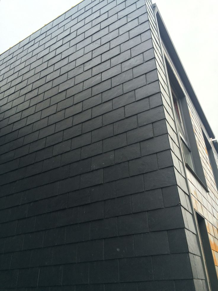 Фасад дома #Каунас #Литва кровельный #сланец уложен  с нахлестом по верху в 5 см, торцы проложены стальными пластинами под плиткой