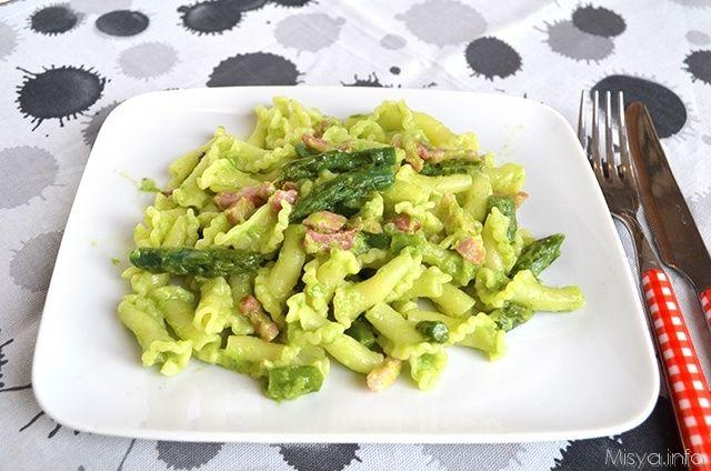 La primavera è alle porte e la pasta con asparagi e pancetta apre le danze alle ricette con le verdure e gli ortaggi che preferisco. Io adoro