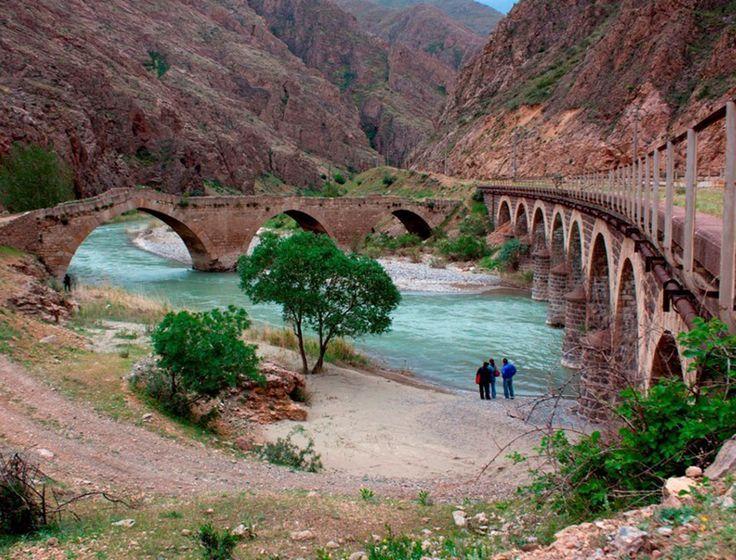 Kız köprüsü/Divriği/Sivas///     Çetin Boğazlar ve sarp kayalıklar nedeniyle batıya kapalı bir kasaba olan Divriği'yi  Ziniski - Sincan - Yağbasan - Karabel üzerinden Sivas'a bağlamak için Çaltı suyu üstüne inşa ettirilmiştir.