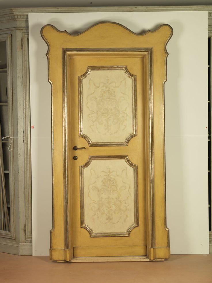Riproduzione di una porta della prima parte del '700 con cornici a mecca e dipinti raffiguranti decorazioni tipiche del periodo, realizzata in pioppo.
