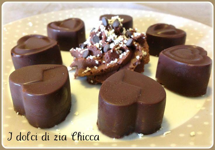 I Cioccolatini ripieni con crema Lindor sono dei deliziosi dolcetti al cioccolato fondente ripieni di crema Lindor, da provare la loro scioglievolezza!