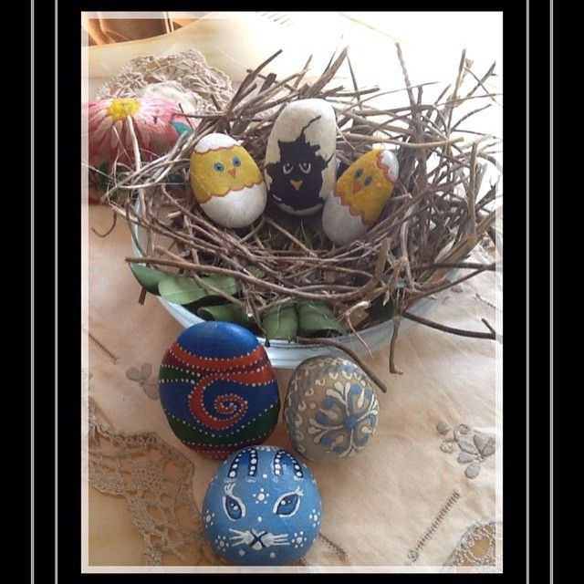 Paskalya yumurtalarım çatlamaya başladı, ama bazıları daha çıkmaya korkuyor...😉 çatlamayanlarda boyandı... Taştan Paskalya yumurtaları... Hand painted stone Easter eggs #art #illustration #drawing #draw #TagsForLikes #picture #artist #paper #pen #pencil #artsy #instaart #beautiful #instagood #gallery #masterpiece #creative #photooftheday #instaartis #artoftheday #happyeaster #easter #pâques
