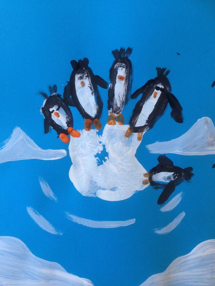 Handafdruk (wit). Wanneer afdruk droog is pinguïns schilderen met dun penseel.