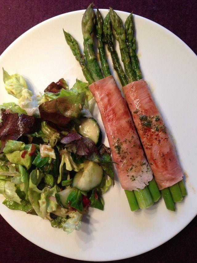 """AnniK: """"Grüner Spargel auf grünem Salat"""" Spargel waschen, das untere Drittel abschneiden und in kochendem Wasser 5 Minuten blanchieren. Rausnehmen, mit kaltem Wasser abspülen, abtupfen, in Kochschinken einwickeln und im Olivenöl von jeder Seite anbraten. Dazu ein Salat mit Lieblingsdressing servieren..."""