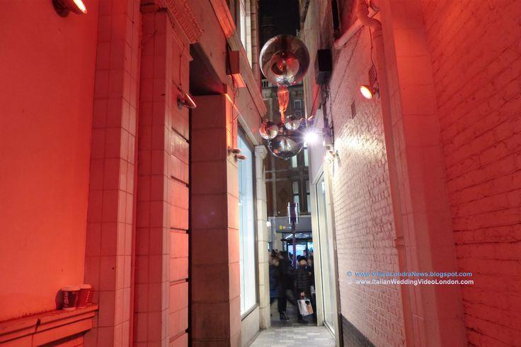 Sullo sfondo Oxford Street ... da questo pertugio inizia James Street, la via che ci conduce al ristorante Grand Bazaar #Londra #London #GrandBazaar #cucinaturca #TurkishCuisine #OxfordCircus #JamesStreet #StChristopherPlace Secondo me un turista vi arriva o per sbaglio o perchè consigliato da qualche londinese ... questa zona è troppo ben nascosta, non vi sono cartelli turistici e da Oxford Street vi si arriva attraverso una strettoia.