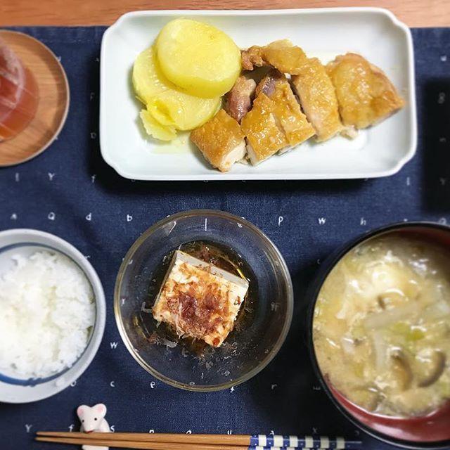🍚 ✤鶏のお酢ソテー ✤#北あかり の蒸かし芋 ✤玉子入り味噌汁 ✤冷奴 ✤白ご飯 少なめ ✩ 北海道はきょうから新学期の学校が多いみたいです。 夏休みが短いぶん、冬休みが長いのだよね( ˊ̱˂˃ˋ̱ ) でも、秋休みもほしいよね。 ---------- #夏の食卓 #自分定食 #夕飯 #ごはん #おうちごはん #肉料理 #肉 #鶏もも肉 #ソテー #りよ卓