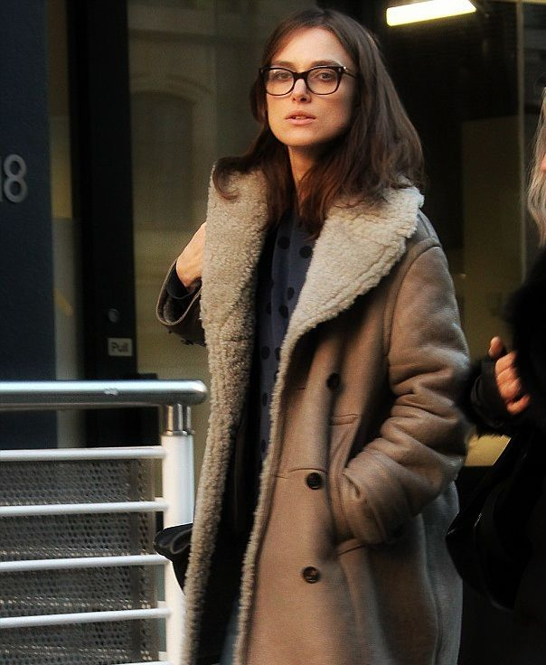 Η Keira Knightley είναι εκθαμβωτική κάθε φορά που περπατάει στο κόκκινο χαλί αφού το glamorous στιλ με τις εντυπωσιακές τουαλέτες και το άψογο μακιγιάζ της ταιριάζει πολύ. Η ηθοποιός προτιμά το κόκκινο κραγιόν και το eyeliner για τις επίσημες εμφανίσεις της, όμως όταν βγαίνει έξω για βόλτα επιλέγει πιο grunge ρούχα. Η 28χρονη Keira πρόσφατα [...]