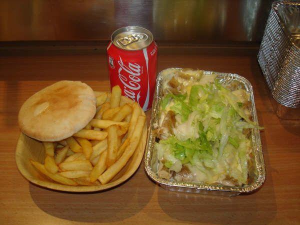 Kapsalon eten met friet apart, broodje en cola