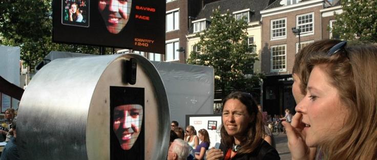 Saving Face toont een tijdelijke identiteit op een urban screen die verder transformeert bij elke gezichtsaanraking van een nieuwe deelnemer. De installatie is een statement over de publieke ruimte en haar gebruik.