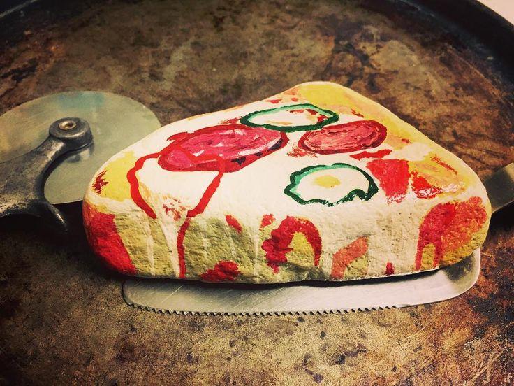 ピザになりたい石見つけました! #ストーンペイント #アクリル絵具 #石 #ピザ #手描き #手描きアート #ファストフード #rockpainting  #stonepainting #stone  #pizza #fastfood #fastfoods #food