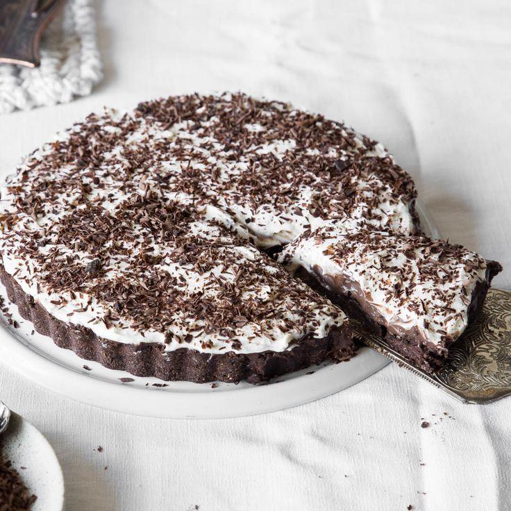 Zuckerfreie Schokoladen-Mousse bettet sich auf knusprigem Schokoladenboden getoppt von einer fluffigen Sahnehaube. Ohne Backen und so einfach!