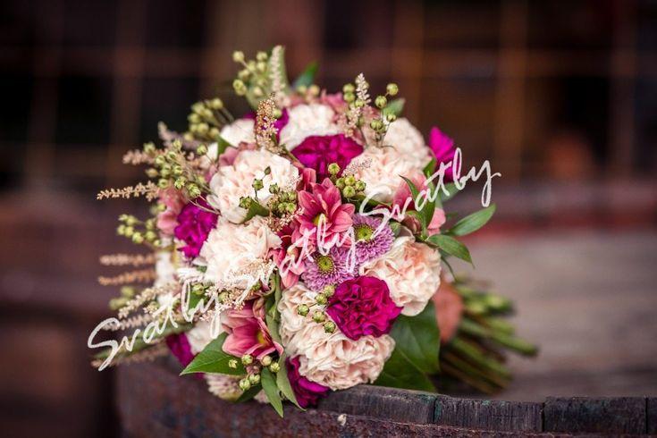 Svatební+kytice+Romantická+svatební+kytice.+Tato+má+již+svoji+šťastně+vdanou+majitelku,+ale+pokud+by+se+Vám+líbila,+mohu+vytvořit+podobnou,+aby+uspokojila+i+Vaše+požadavky.+Můžete+si+ve+stejném+styludoobjednat+svatební+květinový+servis.+Informujte+se+prosím+o+možném+způsobu+dopravy.