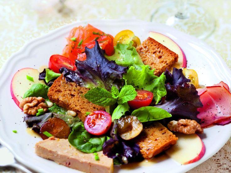 salade, foie gras, saumon fumé, jambon fumé, pain d'épices, pomme, cerneau de noix, pignon, raisin, tomate cerise, huile de tournesol...