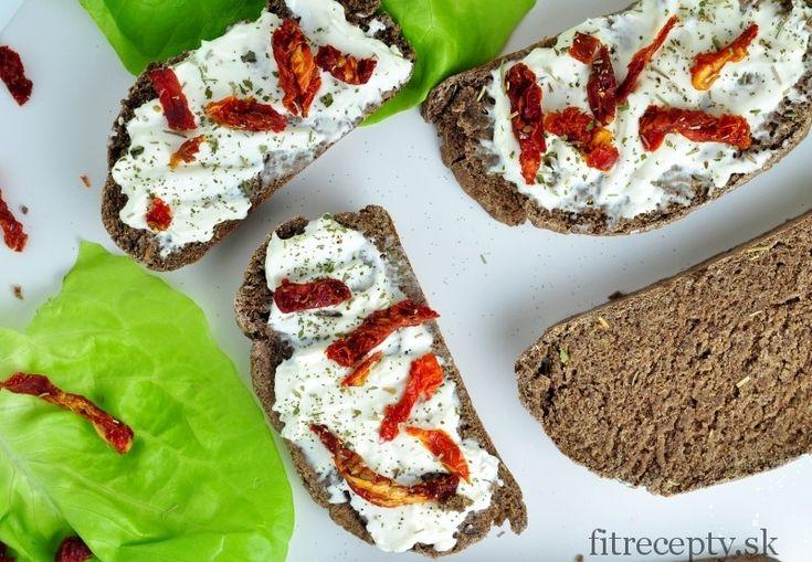Chutný a zdravý celozrnný chlieb s ľanovou múkou a rozmarínom, ktorý vás zasýti na dlhé hodiny. Doprajte si ho spolu s rozotierateľnou nivou, sušenými paradajkami, avokádom či vašou obľúbenou zdravou pomazánkou. Je vynikajúci! Ľanová múka Pri výrobe ľanovej múky sa z ľanových semien za studena vylisuje olej a zvyšok sa pomelie na jemnú múku, ktorá […]