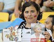 #German fan with a picture of Tymoshenko - Una tifosa tedesca con una foto di Yulia Tymoshenko (Reuters)