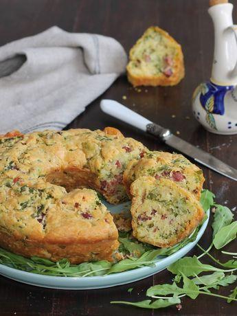 La ciambella salata senza bilancia è una torta rustica che si prepara in pochissimi minuti. Senza burro e senza lievitazione, morbidissima e saporita.