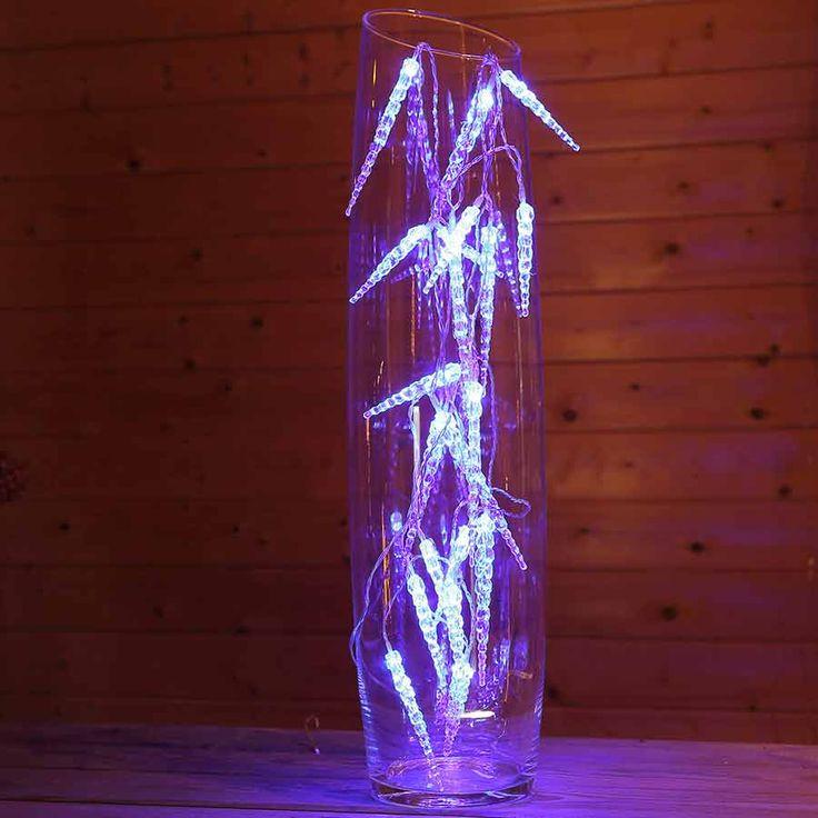#Eiszapfen #Lichterkette mit 20 blau beleuchteten Eiszapfen. Die Zapfen aus Acryl werden von innen mit LED beleuchtet und wirken durch das blaue Licht eiskalt. Geeignet  als #Fensterdeko zu #Weihnachten. #Lichterkette #Weihnachten