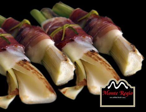 ¿Un plato diferente para terminar la semana? Puerros asados con jamón ibérico #MonteRegio ¡no hay comparación!
