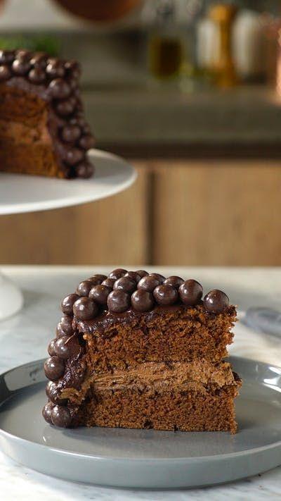 Esse maravilhoso bolo de chocolate com recheio maltado vai te deixar completamente hipnotizado!
