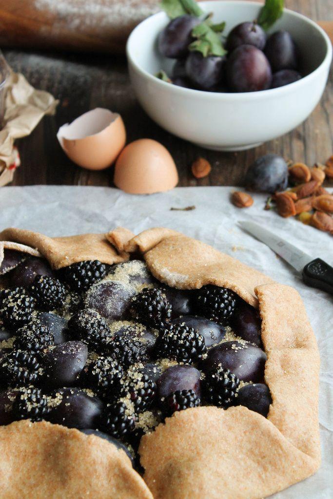 Tarte rustique aux prunes et aux mûres {sans lait} - aime & mange