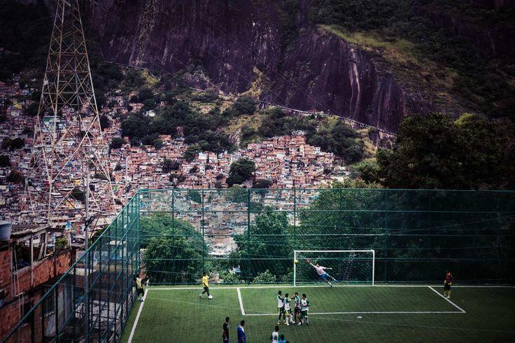 ΡΙΟ ΝΤΕ ΤΖΑΝΕΪΡΟ Oι αναμνήσεις μου περιλαμβάνουν μεγάλες καλοκαιρινές νύχτες όπου παίζαμε ποδόσφαιρο για ώρες μέχρι το σημείο να μην βλέπουμε την μπάλα από το σκοτάδι που έπεφτε και ποτέ να μην κουραζόμαστε...© Tony Burns