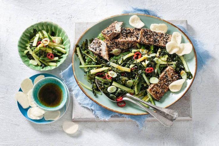 In Japan serveren ze zeewiersalade vaak bij visgerechten. Deze combinatie met knapperige tofu in een sesamkorstje is misschien nog wel lekkerder - Recept - Allerhande