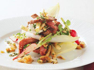 上柿元 勝 さんのローストビーフを使った「ローストビーフとりんごのサラダ」。前菜向きの、大人のごちそうサラダは、りんごの甘酸っぱさとチコリのほろ苦さが絶妙のバランスです。 NHK「きょうの料理」で放送された料理レシピや献立が満載。