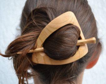 Regalo para mujer, mamá, regalo mujer, regalo para ella, mamá, palillo del pelo, accesorios del pelo, pasador, perno de pelo, diapositiva, perno madera chal, talla, accesorio del pelo de triángulo Este accesorio para el pelo es mano tallada por Ivaylo Zlatev  PASADOR DE TRIÁNGULO Esta horquilla está hecha de madera de la cereza. Mide 9cm / 3.5 de largo por 7 cm / 2.8 en todo y 11.5cm/4.5in Pin Color natural de la madera. Es muy ligero cuando se desgasten.
