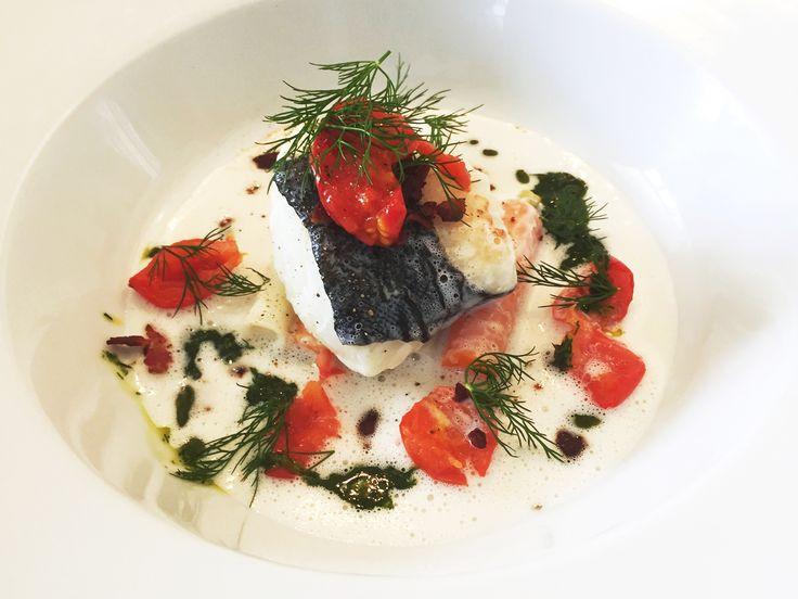 Sockersaltad torskrygg med vinkokta grönsaker, tomat, dillolja och bacon | Recept från Köket.se