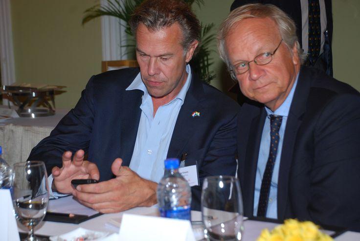 CEO van InShoring Pros, Edgar Kiwiet bekijkt zijn email terwijl Ambassadeur Stoelinga naast hem naar andere zaken kijkt.