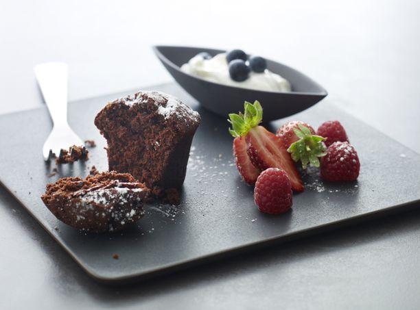 Chokolademuffins er en klassiker og et sikkert hit, når du skal servere kage for dine gæster. Få opskriften på lækre og nemme chokolademuffins her.