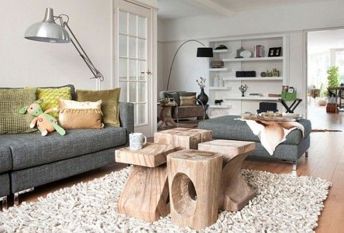O tipo de madeira da mesa de centro dá o estilo da decoração do ambiente.