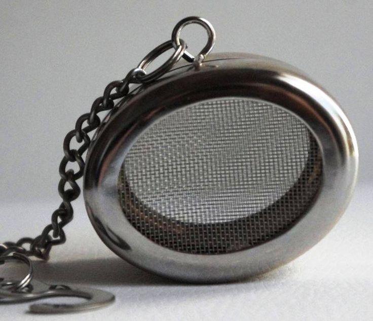 Infuseur a thé ovale en acier inoxydable.