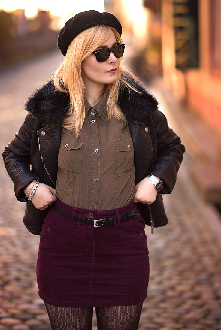 Fashion Bloggerin Christina Key trägt ihre langen, blonden Haare glatt und trägt ein schönes Herbst Outfit in khaki und weinrot
