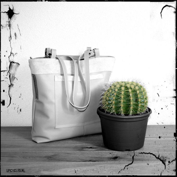 Voeg altijd wat groen toe aan je leven! Handgemaakte leren tas. Het leer is afkomstig van een oud bankstel. Nu krijgt het een nieuw leven als tas.