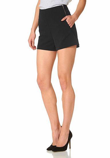 Aniston Shorts im Trend-Spotlight: Die Damenshorts von Aniston fasziniert mit einem puristisch-femininen Design und leicht ausgestellter Passform. Die cleane Front wird von seitlichen Eingrifftaschen, einem Reißverschluss in der Seitennaht und raffinierten Ziertaschen auf der Rückseite mit praktischen Details ergänzt