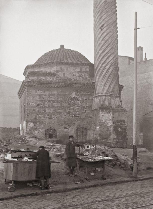 Θεσσαλονίκη. Μπουρμαλί τζαμί, εξωτερική άποψη. Το τζαμί βρισκόταν κοντά στη σημερινή πλατεία Μεταξά στη Θεσσαλονίκη. Ο ιδρυτής του, κάποιος Αλί, γιος του προσωπικού κατασκευαστή χτενιών του σουλτάνου Μουράτ Β΄, μετέτρεψε το 1478 την τότε εκκλησία της Αγίας Κυριακής σε τζαμί. Ξανάγινε εκκλησία το 1912, για να καεί τελικώς στην πυρκαγιά της Θεσσαλονίκης του 1917. ΒΧΜ, Ιστορικά & Φωτογραφικά Αρχεία, Αρχείο Σωτηρίου.