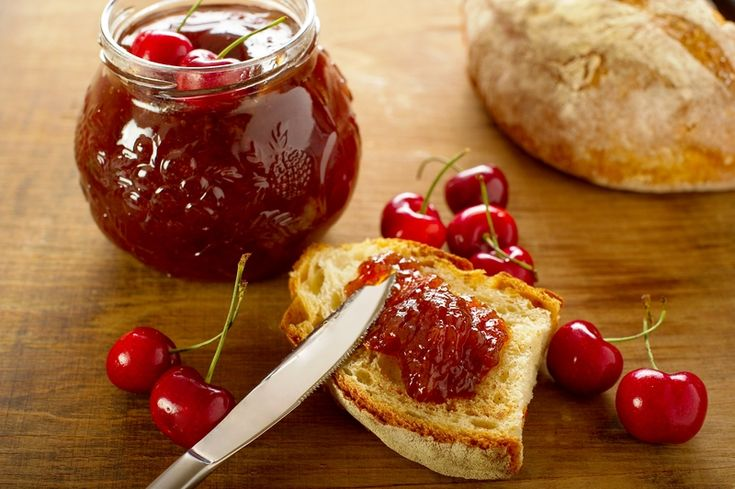 La marmellata di ciliegie è un preparazione tra le più classiche. Si tratta, infatti, di una delle marmellata più amate di sempre