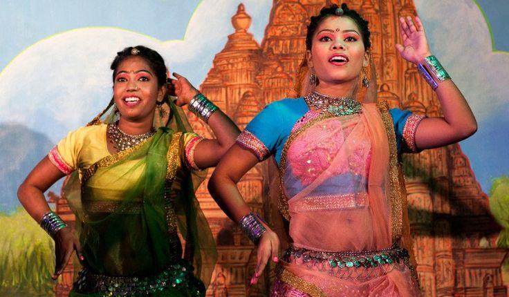 El Festival de Danza de Khajuraho es la danza india en su máxima expresión, volviendo a su lugar de nacimiento dentro de los templos de Khajurho de 1.000 años de antigüedad, que son un telón de fondo excepcional a la antigua forma de arte. Khajuraho Festival de Danza es un festival de una semana que ocurre anualmente en la primera semana de febrero en el distrito de Madhya Pradesh de Chhatarpur en la región central de la India. Una vez que el sol se pone, los espectadores realmente tienen un…