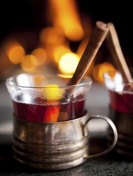 Wärmender Grog für kalte Tage  Zutaten: 4 cl Rum, 4 cl Wasser, 8 cl Rotwein, 2 TL brauner Kandiszucker, 2 Scheiben Zitrone.  Zubereitung (etwa 15 Minuten): Rum und Wasser mit dem Rotwein in einem Topf bis kurz vor den Siedepunkt erhitzen, jedoch nicht zum Kochen bringen. Kandiszucker und Zitronenscheiben in zwei Groggläser geben (Gläser vorher am besten heiß ausspühlen) und den heißen Grog darüber gießen. (Foto: iStock/molka)