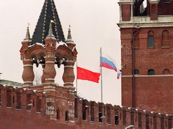 Над Кремлём спускают советский флаг и поднимают Российский. 25 декабря 1991 г.