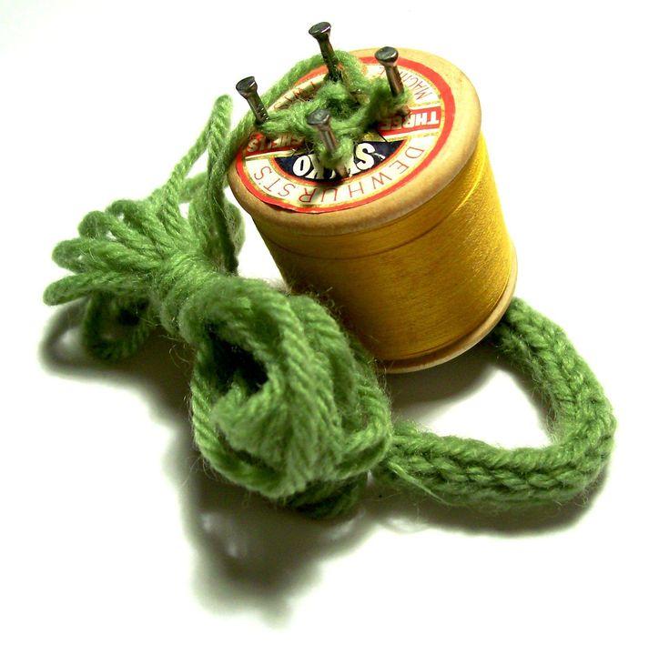 Punniken...een houten klosje met vier spijkertjes, gekleurde draad en een stompe naald.