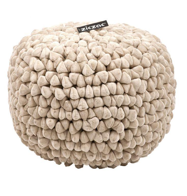 ZicZac Poef - Pebble Zand       Heerlijk zachte poef van het mooie merk ZicZac,met het uiterlijk van kiezel-stenen. De poef is voorzien van een ritssluiting om de vulling bij te vullen. Uiteraard kun je de hoes ook wassen. De mooiste poef die wij kennen, nergens goedkoper!  Hoe zou de poef staan tijdens de feestdagen bij jou in de huiskamer?  Productkenmerken van de poef:  Materiaal:100%microfiber Diameter: 50cm Hoogte: 35 cm Vulling: EPS parels