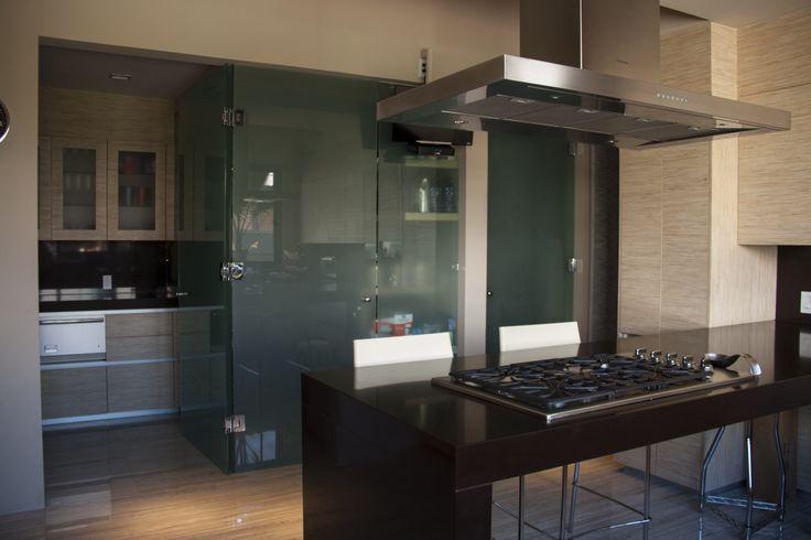 Casa ss. cocina / barra de granito / estufa / alacena con puertas ...