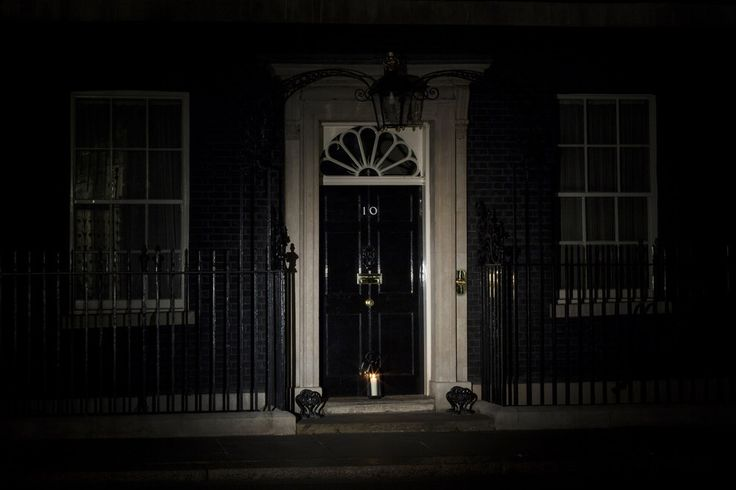 A candle is placed on the doorstep of 10 Downing St. | Spine-Tingling Photos Of London As It Remembers World War I