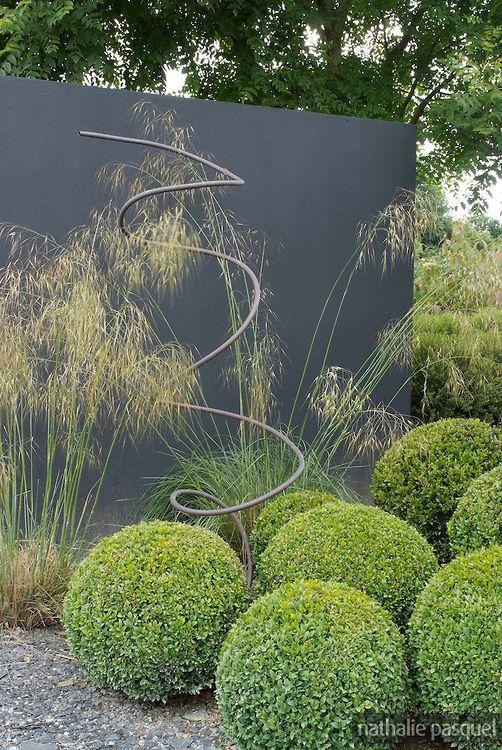 Buxus sempervirens (buis taillé) en boule. Jardin du Perdrier. Paysagiste Jean-Charles Chiron
