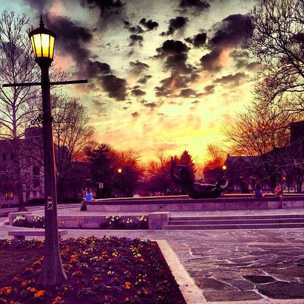 Sunset At Showalter Fountain Repost From Beth Haug Indianauniversity Iu Bloomington Campus College Look At This Photograph Indiana University Scenery