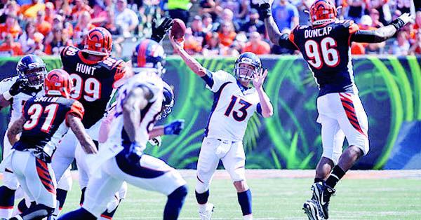 Trevor Siemian impuso una marca en su carrera al lanzar cuatro pases para touchdown en su primera apertura como visitante y jugó casi a la perfección bajo presión en el último cuarto el domingo, al ayudar a los Broncos de Denver a remontar en la victoria de 29-17 sobre los Bengals de Cincinnati.  Los campeones defensores del Super Bowl tienen marca de 3-0 con Siemian, quien asumió la titularidad tras el retiro de Peyton Manning y la partida de Brock Osweiler hacia Houston.